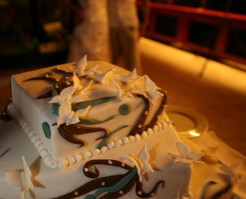 Poročna torta z belimi metuljčki