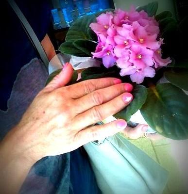 Slavljenka s prelepimi nohti in rožico